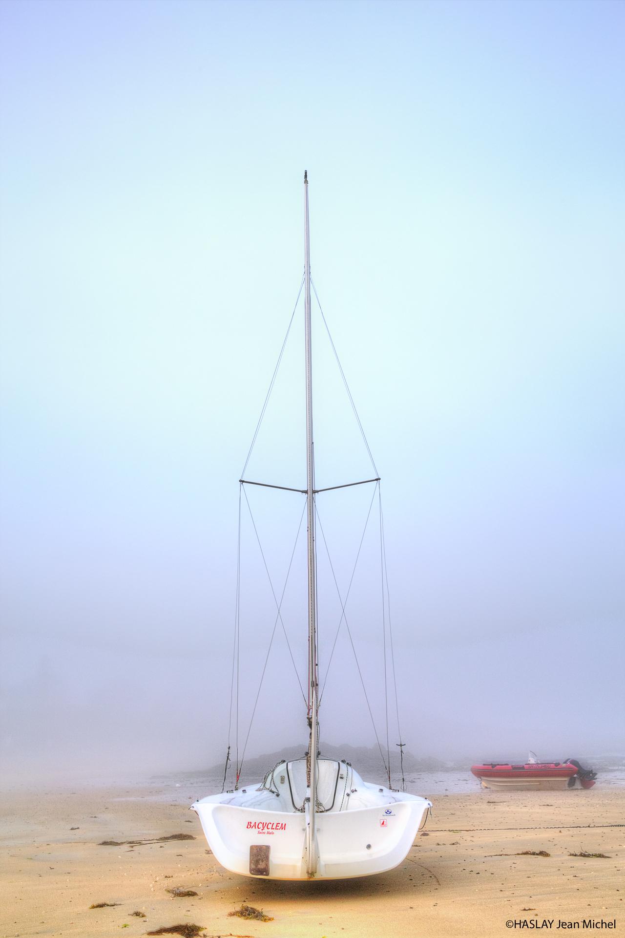 Un bateau dans la brume