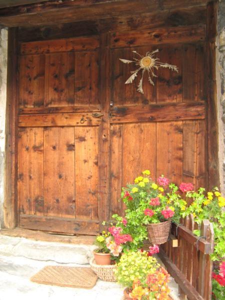 """La vieille porte d'entrée avec son """"baromètre artisanal"""""""