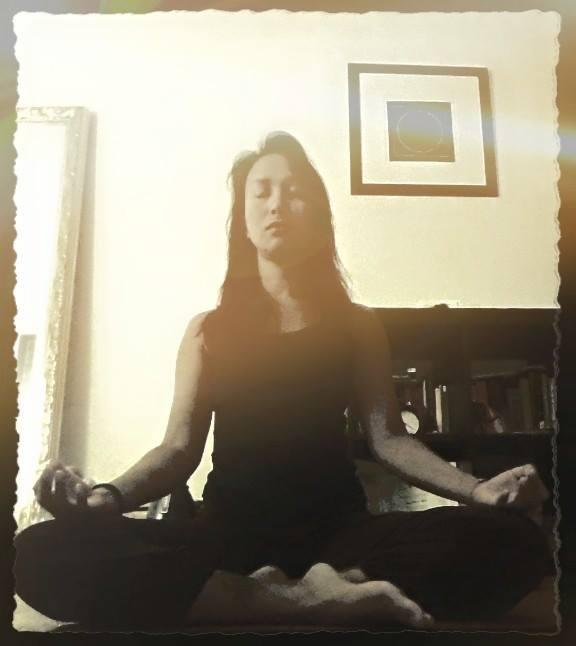 Sitzen und atmen. Vinyasa Yoga, Power Yoga Kurs, Yoga für Senioren, Yoga Ausbildungen, Yogalehrer Ausbildung. Kinderyoga. Yogalehrer Ausbildung (Yoga Teacher Training), Meditationslehrer Ausbildung / Meditation Ausbildung in Zürich Oerlikon