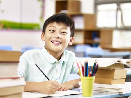 男の子が勉強している画像