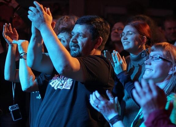 """""""Kundi"""" als Fan bei einen Konzert der -Seilschaft- in Dressen im Januar 2012"""