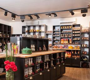 sehr hübsch gestalteter Verkaufsraum mit großer Auswahl an Essigen und anderen typischen provencalischen Produkten