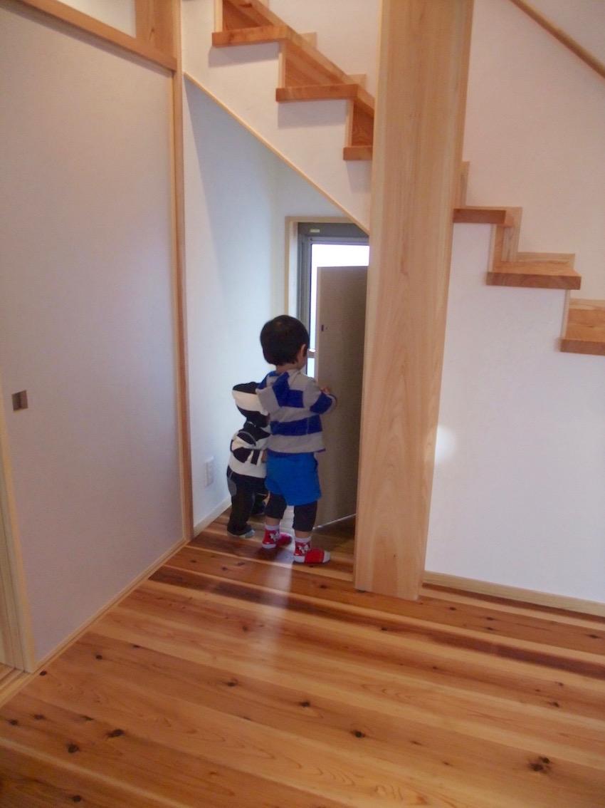 階段下を恐る恐る探検