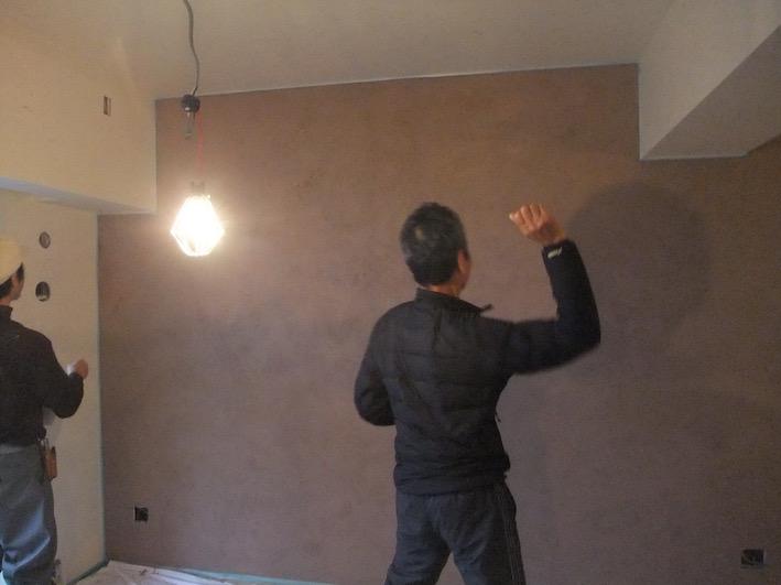 20160220 左官壁下塗り時に,屋根瓦のチップを投げ付け張り.