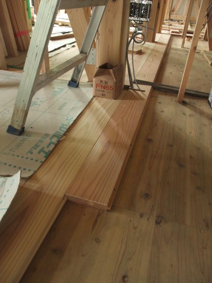 2016.04.23 床フローリングは無垢の杉30mm厚.下地も杉板です.