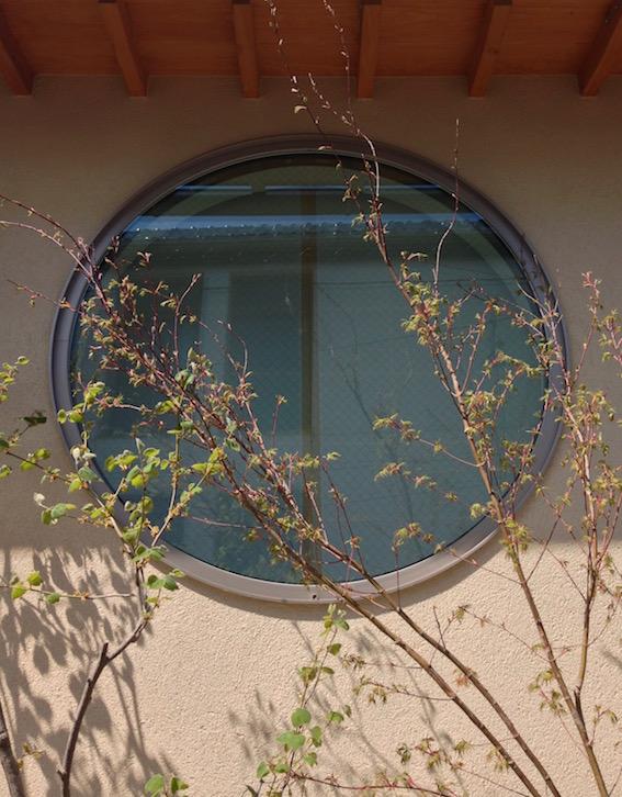 2014.04.12 丸窓と植栽。