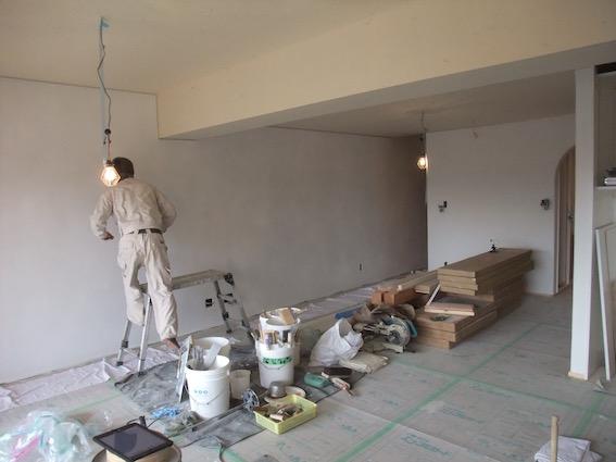 20160223 瓦チップ下地の壁も仕上げの段階へ.