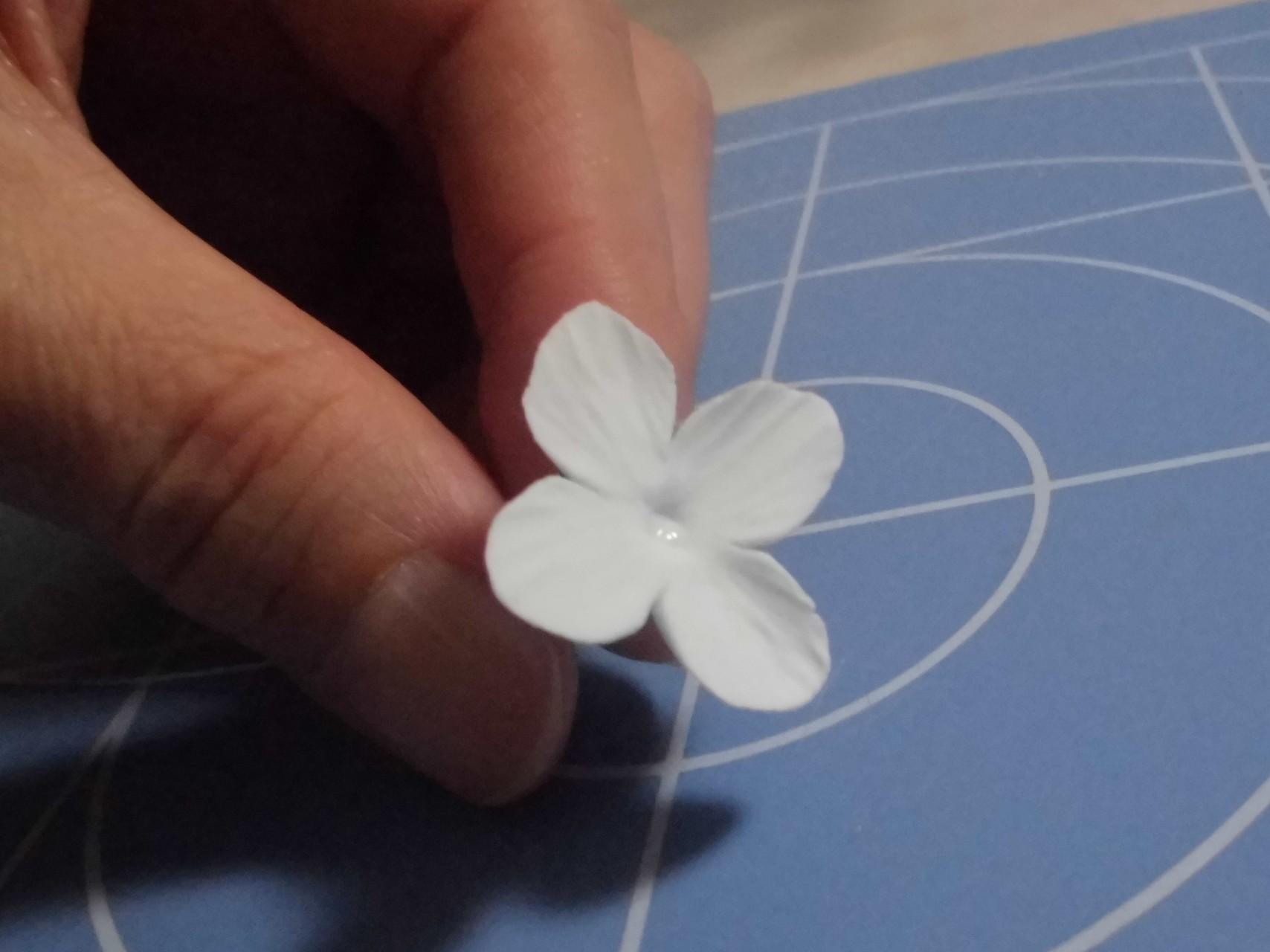 ⑦細工棒でスジをつけながら花びらを伸ばして