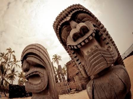Hawaiianische Tiki Statuen aus Holz