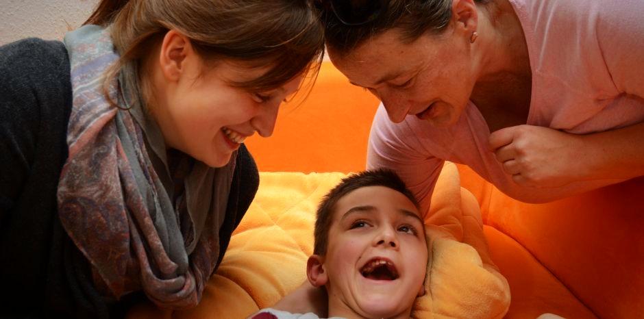 Seit gut einem Jahr besucht die ehrenamtliche Hospizhelferin Bianca Stanulla (l.) Morten und seine Mutter Martina Will.