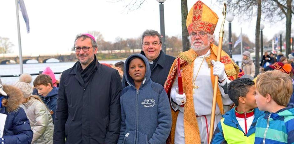 Bischof Nikolaus ist angelandet und zieht mit Erzbischof Dr. Stefan Heße, Monsignore Georg Austen und 300 Hamburger Schulkindern zur St. Petri-Kirche.