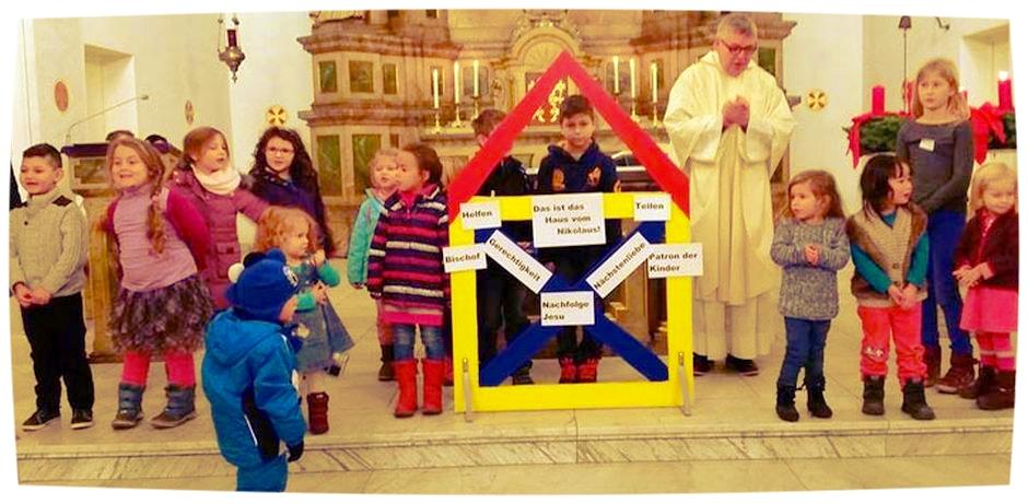 Vor dem Altar gestalteten die Kinder das Haus des Nikolaus.