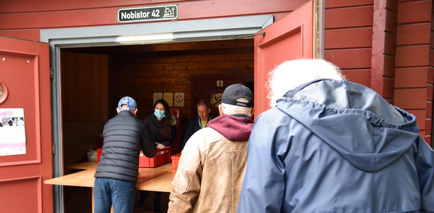 Vor der Alimaus bekommen bedürftige Menschen ihr Lunchpaket ausgehändigt © Theresa Meier
