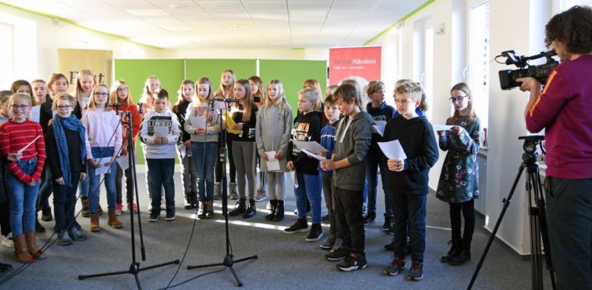 Raphale Vásquez vom WDR Bielefeld nimmt die Einspielung des Nikolausliedes im Liebfrauengymnasium Büren auf. © Sr. Theresita M. Müller