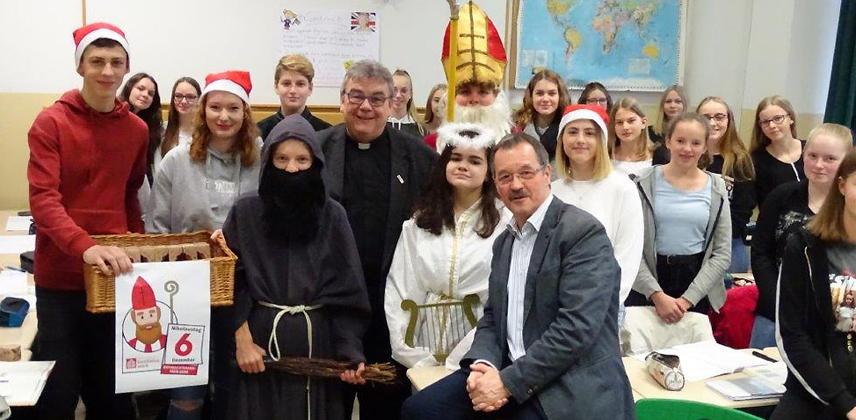 Monsignore Austen (Mitte) mit dem Schulleiter des Mauritius Gymnasiums, Franz-Josef Drüppel (vorne rechts) und Schülern © Mauritius Gymnasium