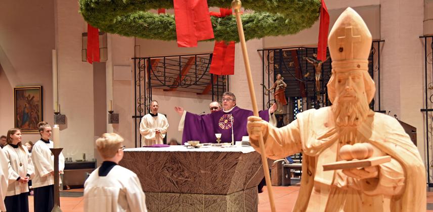 Gesegnet wurde die Nikolausfigur von Monsignore Georg Austen während eines feierlichen Gottesdienstes am Samstag © Patrick Kleibold