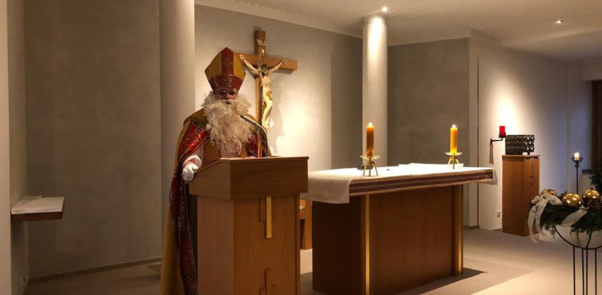 Digital übertragen: Bischof Nikolaus spricht aus der Krankenhauskapelle zu den Kindern. © Bettina Jung