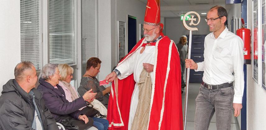 Nikolaus macht den Arztbesuchern in der Klinik in Karlsruhe eine Freude © Leidert