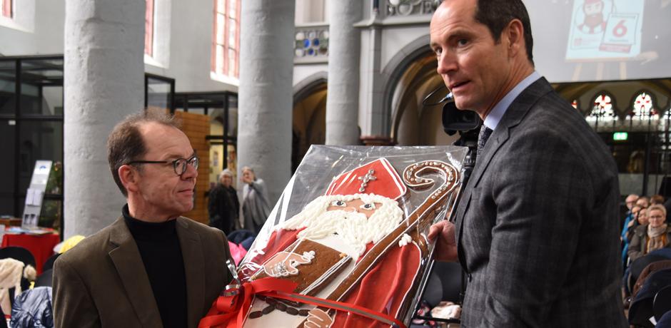 "In der Citykirche St. Nikolaus in Aachen präsentieren Pfarrer Timotheus Eller und Michael Nobis von ""Printen Nobis"" den großen Printen-Nikolaus (v.l.) © Theresa Meier"