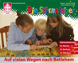 """Die Titelseite der Kinderzeitschrift """"Die Sternsinger"""" zeigt 3 Kinder, die an zusammen an einem Tisch sitzen und ein Brettspiel spielen."""