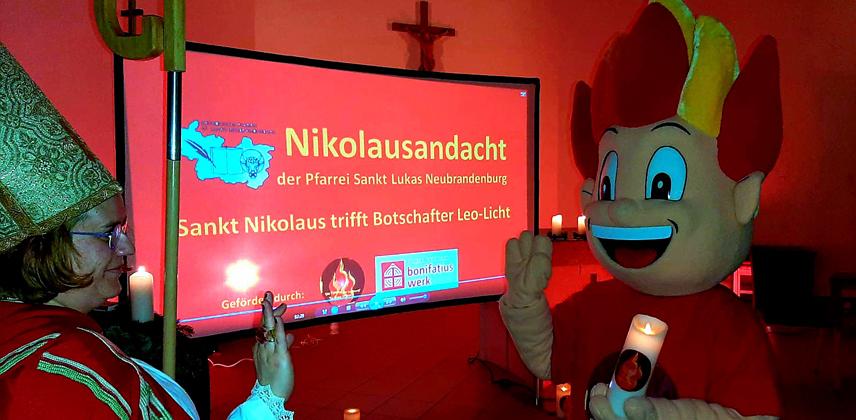Begegnung auf Abstand: Nikolaus und Leo Licht  © Kath. Pfarrei Sankt Lukas