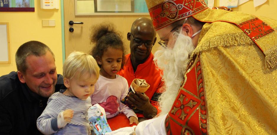 Bischof Nikolaus überreicht den Kindern Schokonikoläuse © Theresa Meier