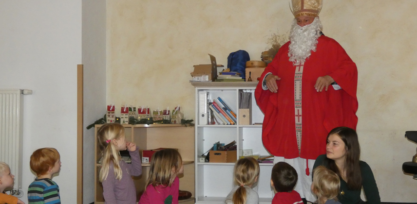 Kinder der Kita St. Nikolaus und Nikolaus verkörpert durch Hans-Joachim Jasiulek aus der Gemeinde © Sylvia Rätzsch