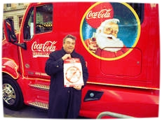 Vor einem der berühmten Coca-Cola-Weihnachts-Trucks setzte Austen ein Zeichen für den heiligen Nikolaus.