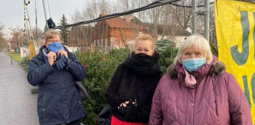 Die Nachbarschaftslots*innen mit Frau K. auf der Suche nach einem geeigneten Weihnachtsbaum.  © Andrea Baro