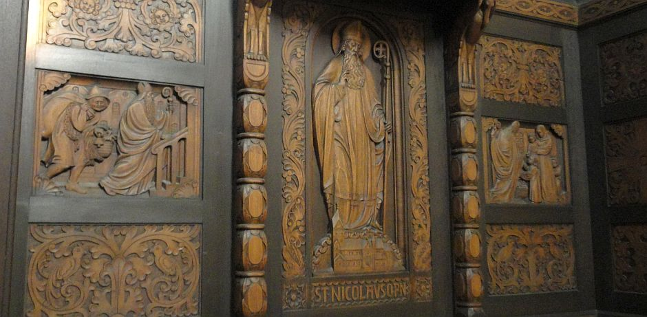 In Holz geschnitzt - der Namenspatron der Nikolauskirche