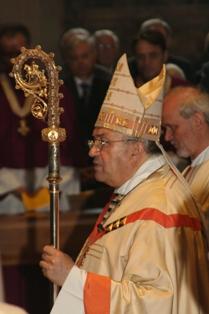 Kardinal Karl Lehmann trägt den Stab, den schon sein Vorgänger Wilhelm Emmanuel Freiherr von Ketteler trug.