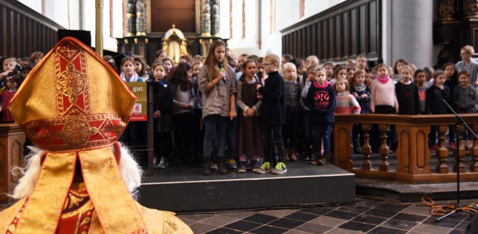 """Die Schüler der Domsingschule Aachen tragen vor den Augen des heiligen Nikolaus ihren """"Kinderarbeitsrap"""" auf. © Theresa Meier"""