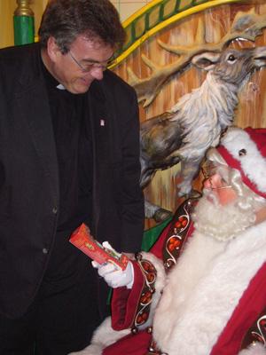 """Im """"Santaland"""" bei Macy´s überreichte Austen dem amerikanischen Santa Claus das """"Original"""", den echten Bischof Nikolaus aus Schokolade."""