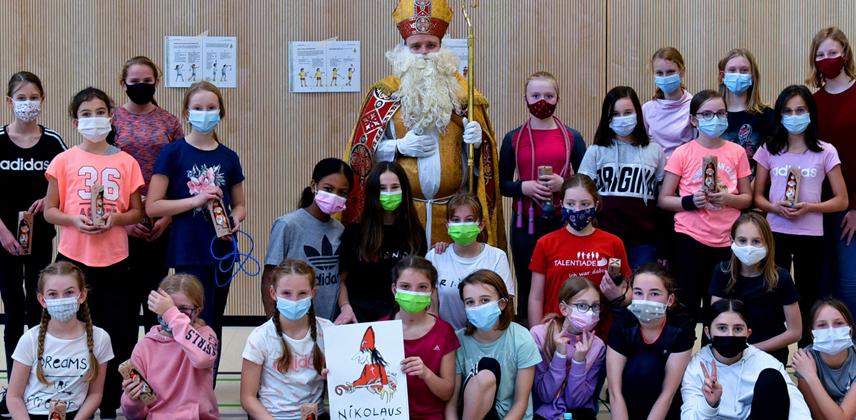 Der Nikolaus besucht 31 Schülerinnen der sechsten Klasse der Realschule St. Michael in Padebrorn, die für einen guten Zweck Seilchen gesprungen ins. © Bonifatiuswerk