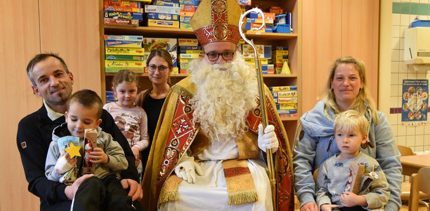 Zu Besuch in der Kinderklinik Paderborn: Der heilige Nikolaus mit Agovic Kijano-Muris, Lia, Niilo und den Eltern (v.l.) © Theresa Meier