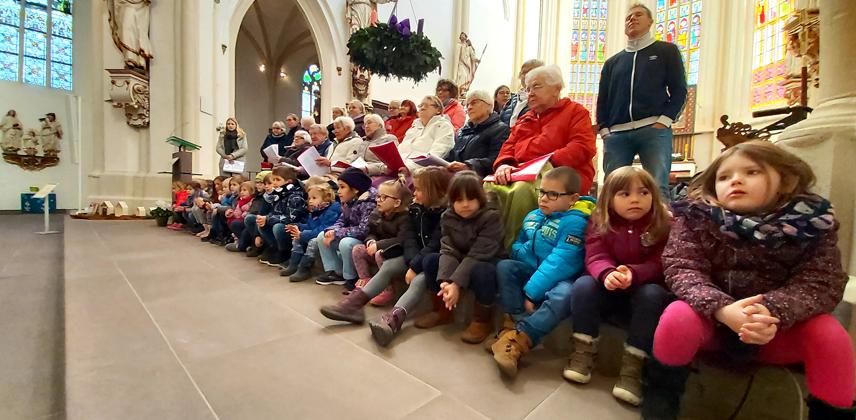 Jung und alt singen gemeinsam Lieder in der Basilika St. Cyriakus in Duderstadt © Caritasverband Südniedersachsen e. V.