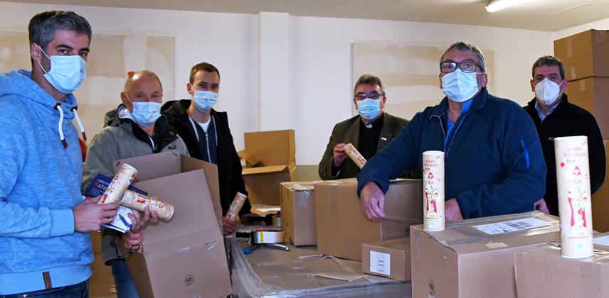Generalsekretär Monsignore Georg Austen und Mitarbeitende des Bonifatius-Werk packten die Pakete für die Kindertagesstätten im Erzbistum Paderborn. (Foto: Ronald Pfaff)