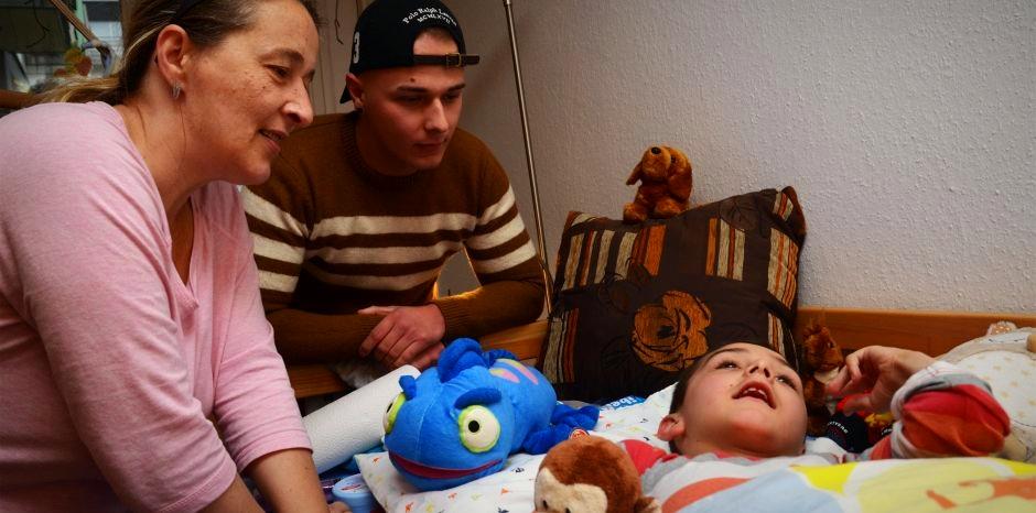 Mutter Martina mit ihren Söhnen Justin und Morten: Familien mit einem schwerstkranken Kind leben in einem permanenten Ausnahmezustand.