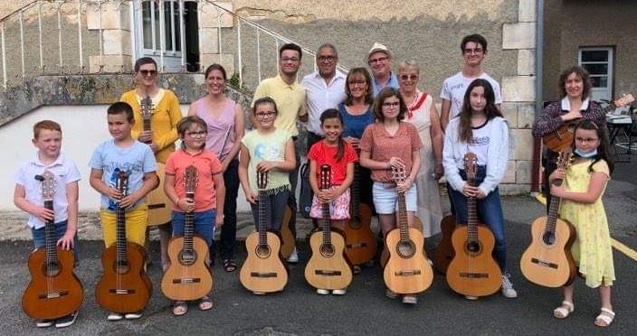 Un bel ensemble de guitares autour de leur enseignant- Neuville -  26/06/2021