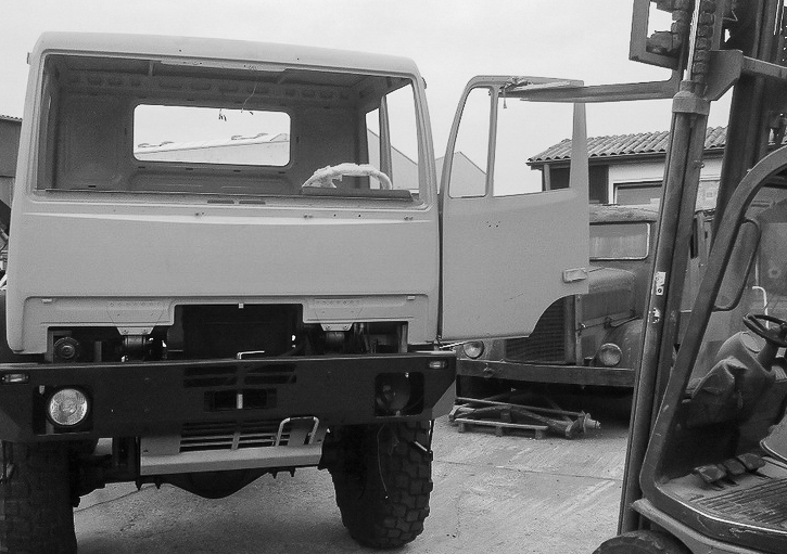 Montage der Fahrertür am Steyr 12M18