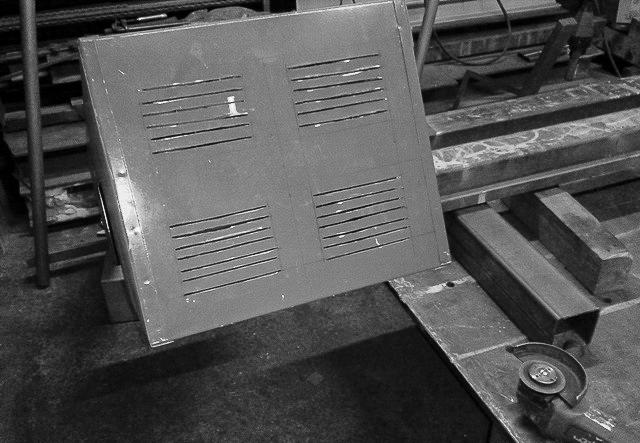 Vorbereitung der E-Kiste mit Lüftungsschlitzen