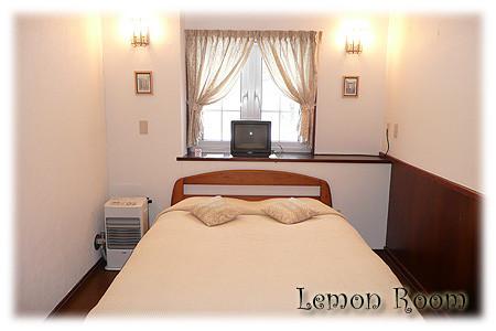 ダブルベッド(バス無) ルームネームLemon シングルベッドをプラスして3名様まで入れます