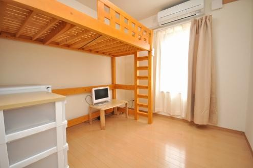 202号室。ロフトベッド付き。日当たり良!