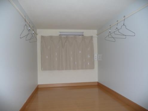 遮光カーテンですので、 カーテン閉めてしまえば真っ暗になります。 ハンガーも掛けられる様に工夫もしてます