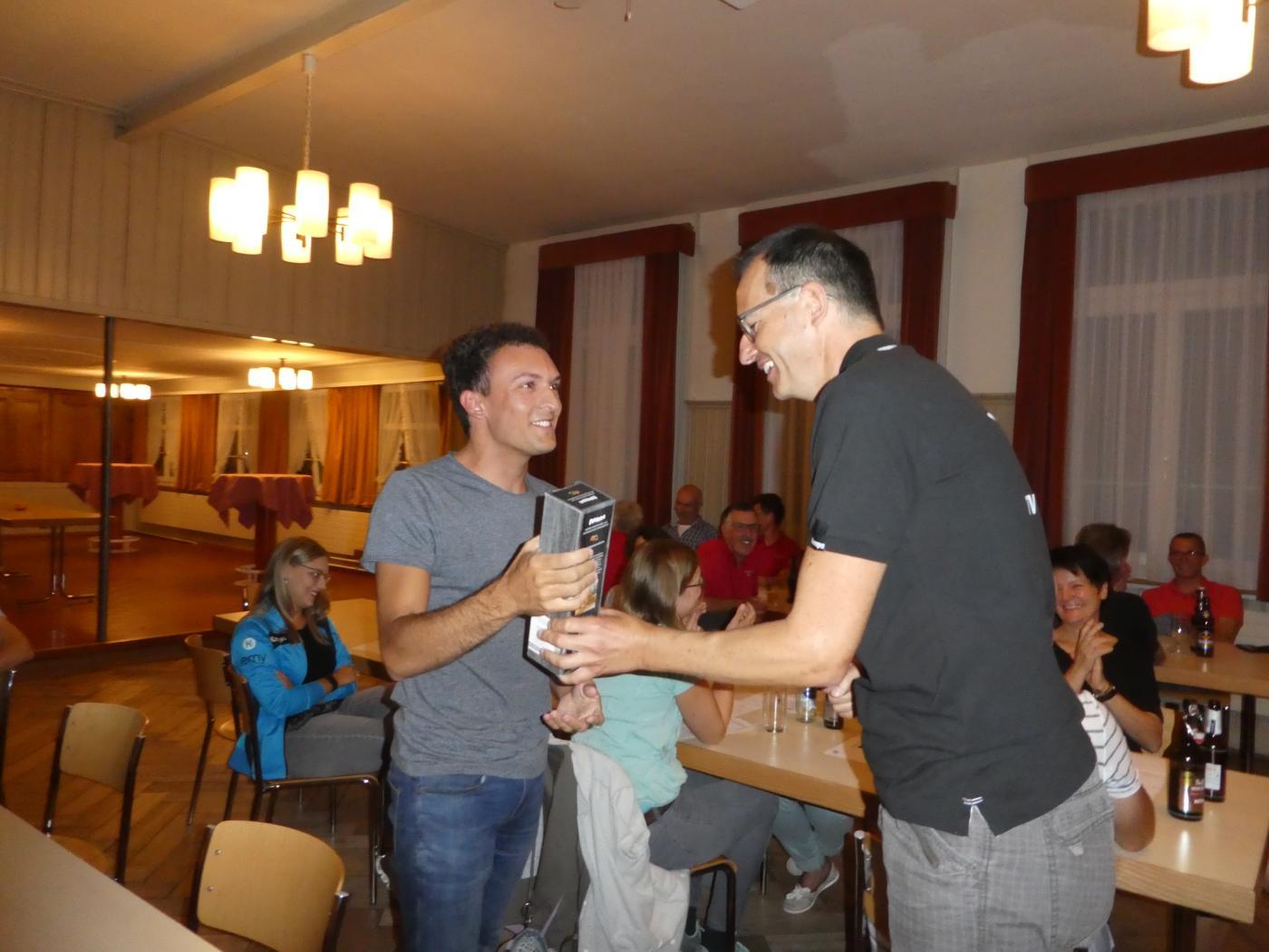 Daniel gratuliert Patrick zur ehrenvollen Wahl