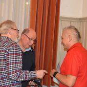 Gerry Fässler verteilt an alle vom Rangturnen Duschmittel