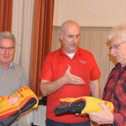 Die Neumitglieder Franco Accocello und Thomas Kellenberger erhalten die nützliche Ausrüstung