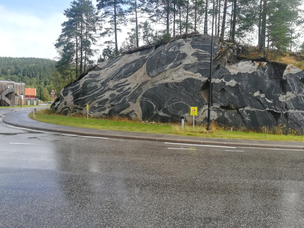 Felsplatte neben der Straße