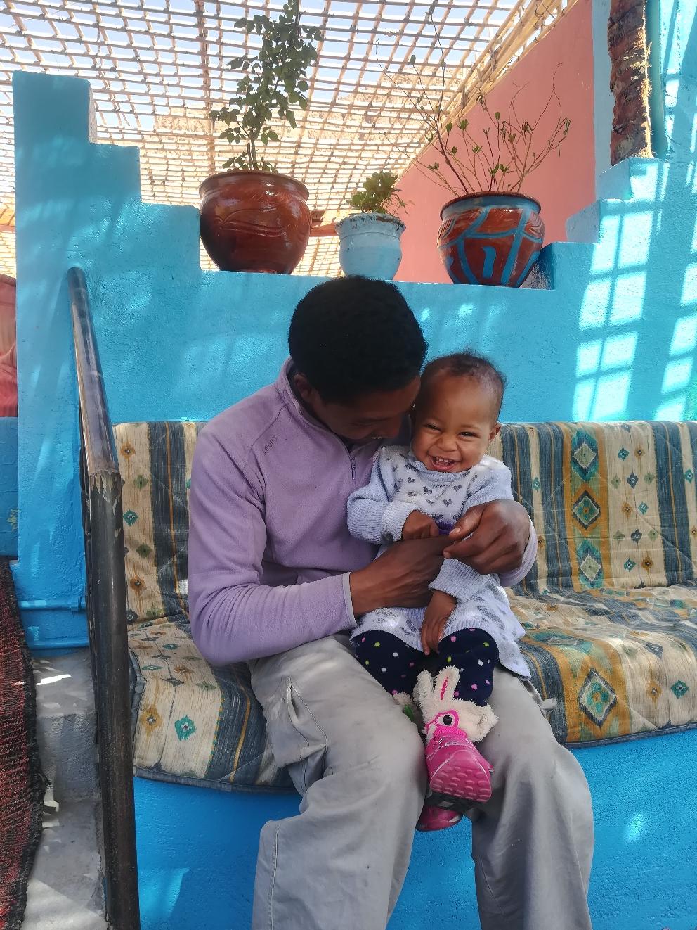 Aziz und seine kleine Tochter