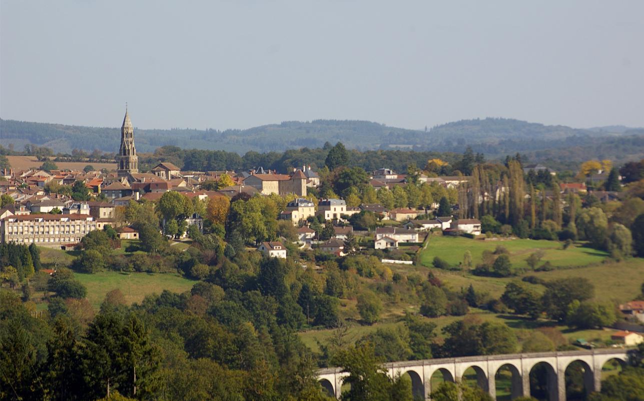Saint-Léonard-de-Noblat, au coeur du paysage bocager (chef-lieu de la Communauté de Communes de Noblat).